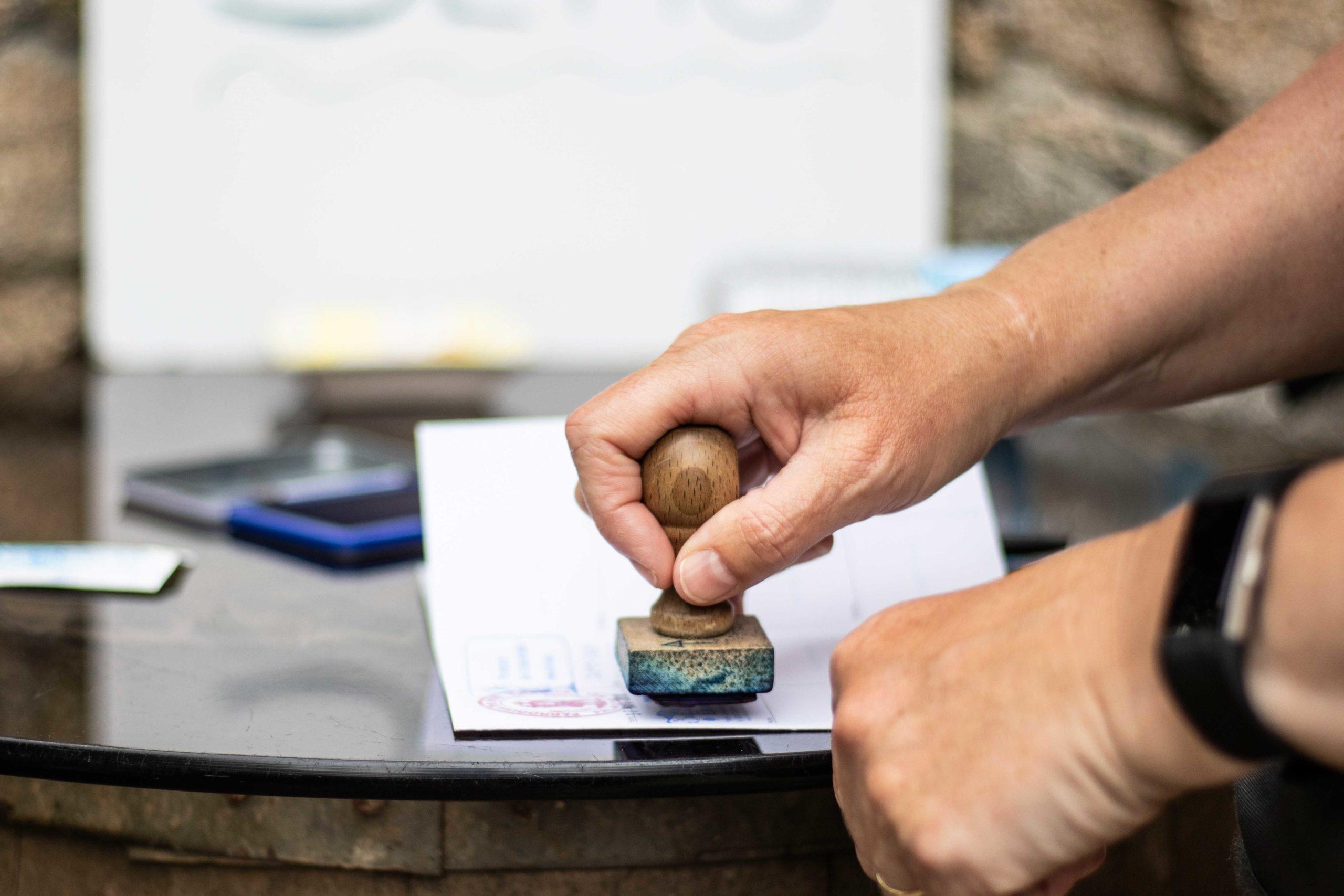 ¿Cuál es la diferencia entre la Compostela y la credencial del peregrino?